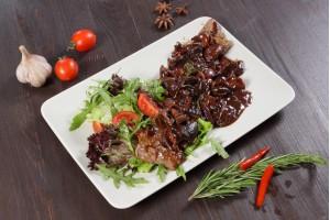 Стейк говяжий с мясным соусом и грибами
